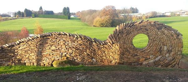 ぐるぐる!渦巻いた塀やレンガの石工彫刻 (1)