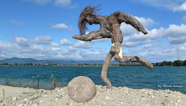 歪な形がゾンビっぽい!ドナウ川の流木で作られた彫刻作品 (10)
