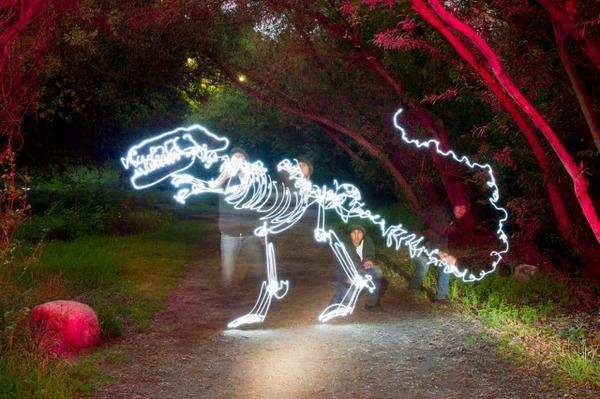 公園にも光る恐竜