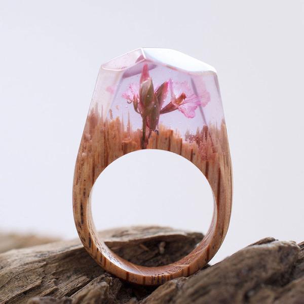 小さな世界が隠されている木と樹脂の指輪 (2)