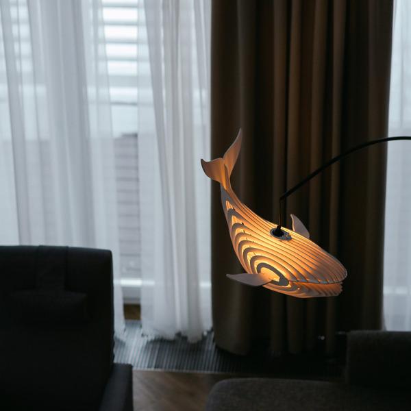 泳がせてみたい!木製のクジラ型ランプ『Glowing whale』 (3)