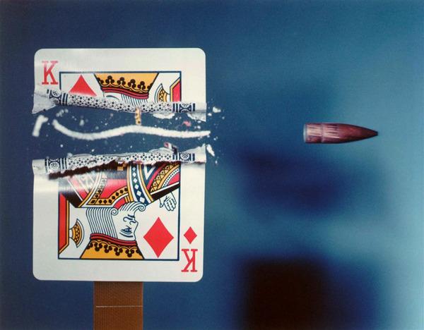 トランプ 弾丸が貫通する写真、スーパースローモーション (4)