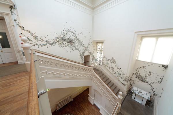 一万のカブトムシや昆虫の群れがノッティンガム城の壁を這う! (1)