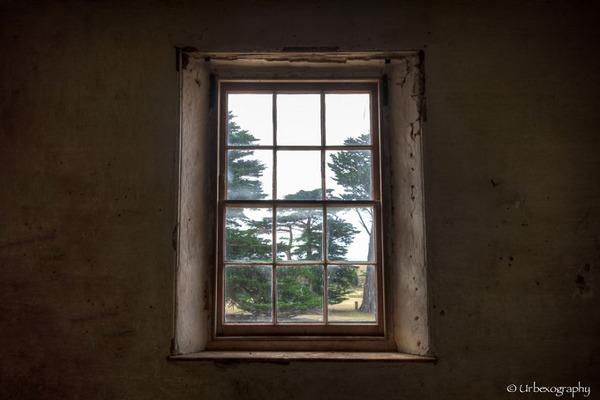廃墟の部屋の窓から覗く風景 9