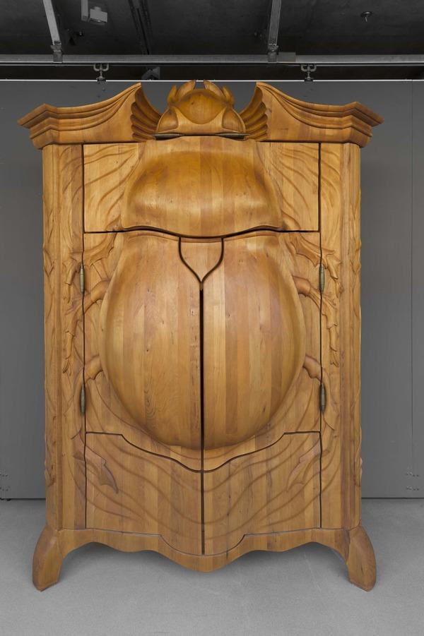 甲虫の形をした木製キャビネット「ビートル (The Beetle)」  (1)