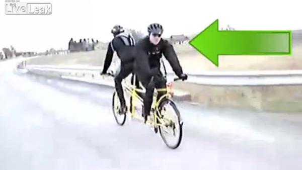 後ろに進む自転車
