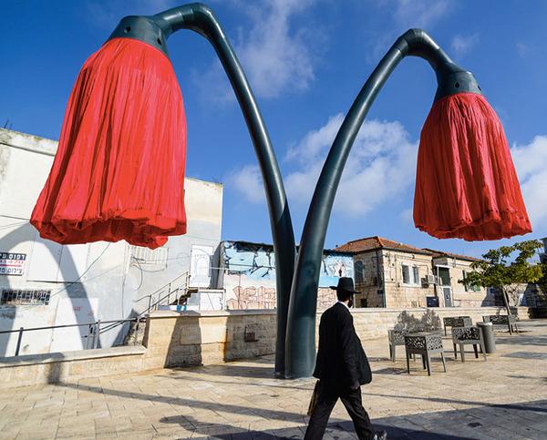街頭に巨大な花型ランプ!人を感知して花びらが大きく開く (4)