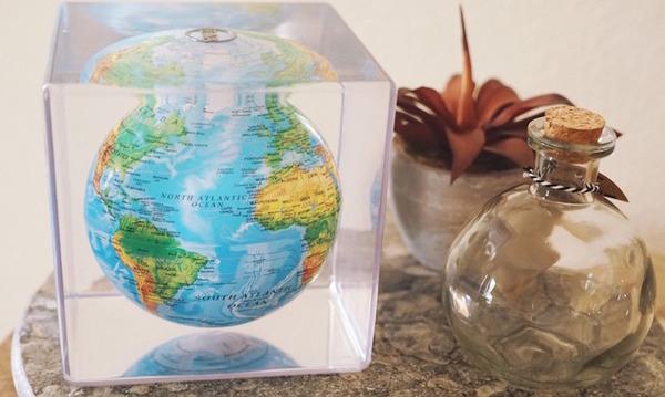 地球が回る。太陽光の力で回転する小さな地球儀『MOVA Cube』 (2)