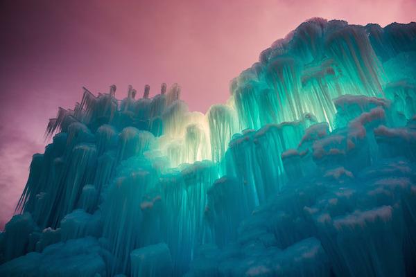 ライトアップされた氷の城