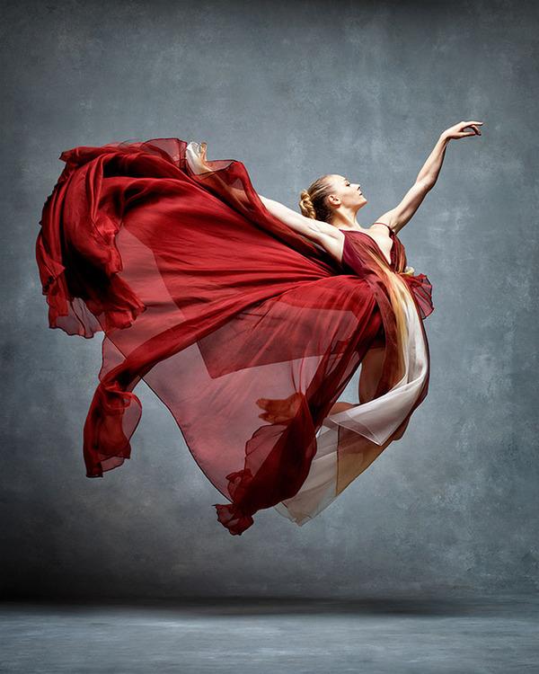 踊りが生み出す芸術。優美なダンサーの写真 (19)
