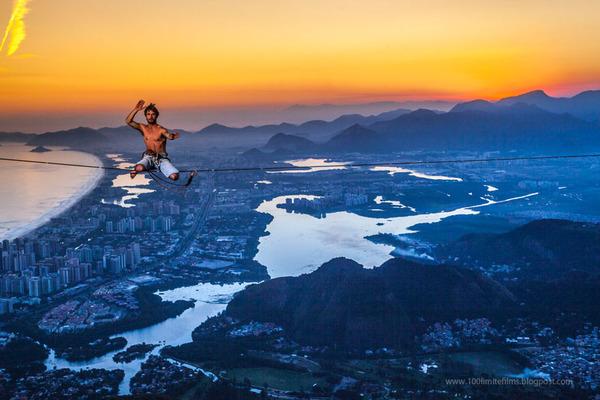 高所の綱渡り登山、日の出の風景 1