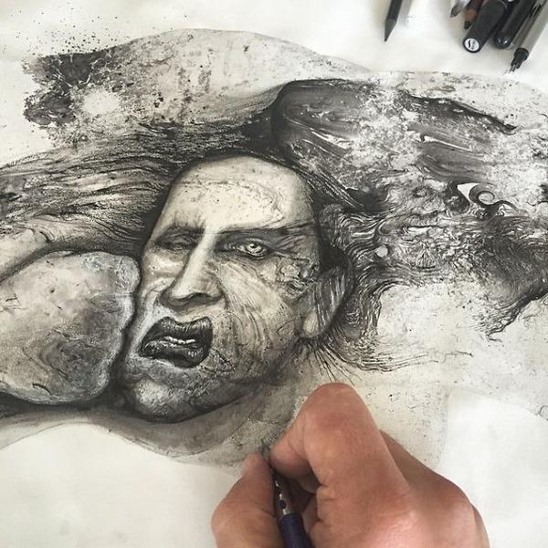 インクを注ぎ、飛び散らせてカオスなイラストレーションを描く (13)