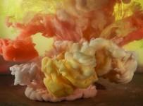 カラフルなモヤモヤ。煙のように顔料が水中を漂う色のアート