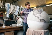世界を旅したくなる。価値ある手作り地球儀の製作現場