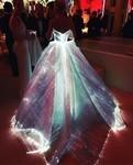 注目度アップ!暗闇で光り輝く光ファイバー製の美しいドレス