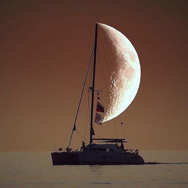 月が船の帆に