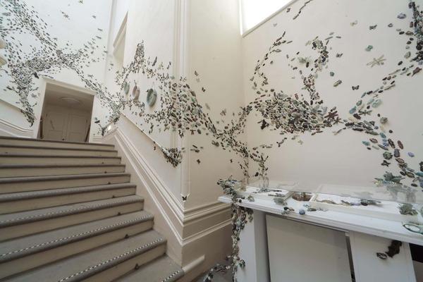 一万のカブトムシや昆虫の群れがノッティンガム城の壁を這う! (2)
