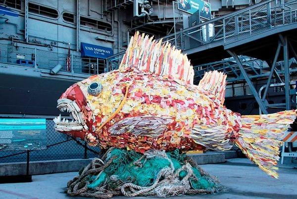 海岸で拾ったゴミで作られた海洋生物の巨大な彫刻 (3)
