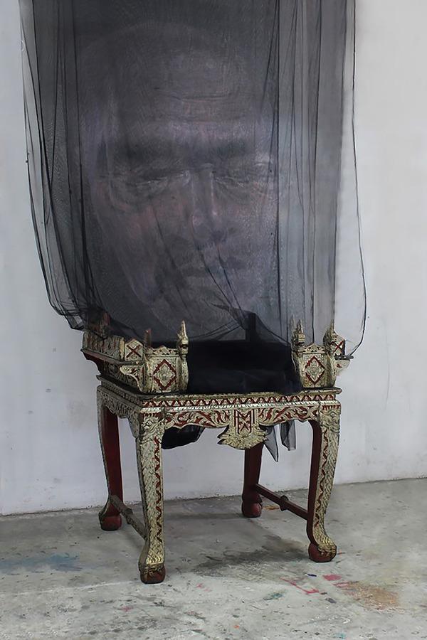 幽霊のように浮かぶ!薄手の生地に描かれた肖像画 (1)