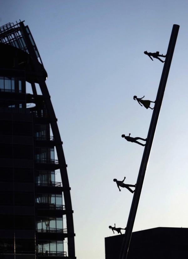 向かって空に歩く人間彫刻 ジョナサン·ボロフスキー 4
