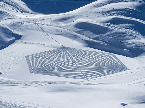 巨大な幾何学模様!真っ白な雪原に壮大な地上絵を描く (5)