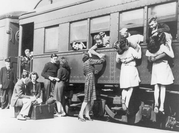 戦時中のラブストーリー。別れを惜しむ恋人たちのキス画像など (5)