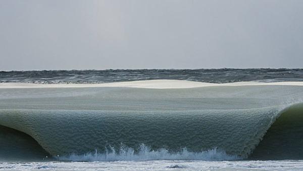 水ならば波の音がするが凍っているためほぼ無音だ