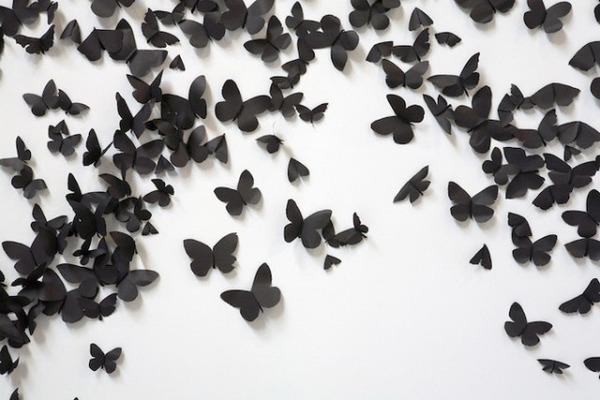 黒い紙で作られた蝶のアート 4