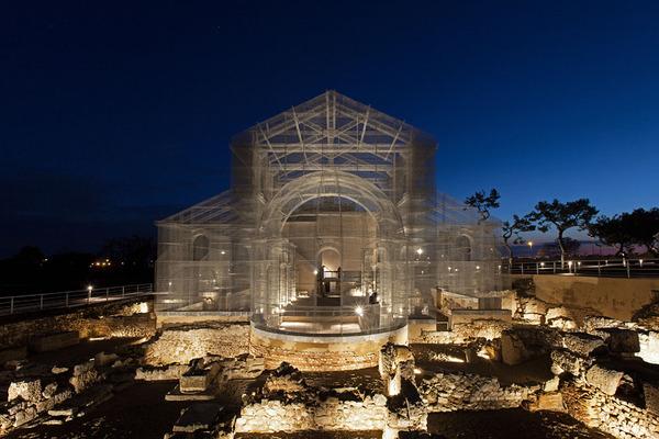 透け透けな教会現る!ワイヤーメッシュ製の建築デザイン (11)
