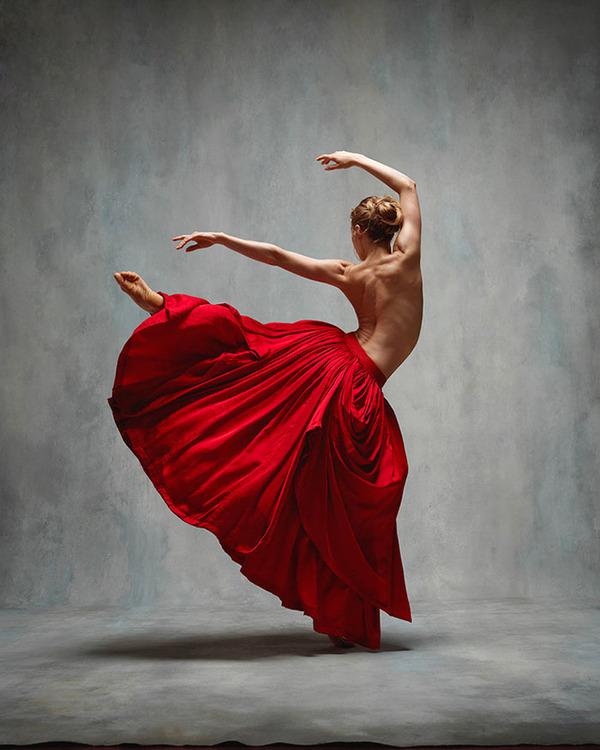 踊りが生み出す芸術。優美なダンサーの写真 (1)