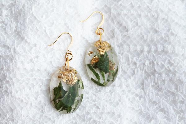 透明な樹脂の中に花や金箔を散りばめたレジンアクセサリー (8)
