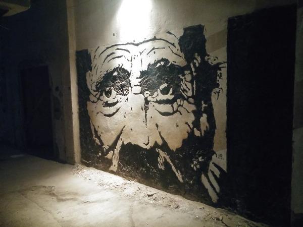 廃墟の壁を崩して描かれる肖像画!壁画ストリートアート (5)