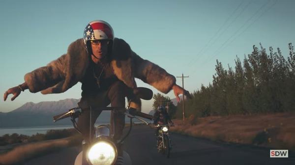 走行中のバイクの上に乗る