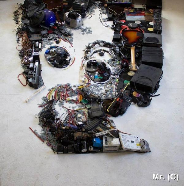 音楽機材や電子機械を積み上げて有名人の肖像画を描く! (9)