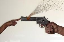 大量のネジを打ち付けて作るネジの彫刻アート