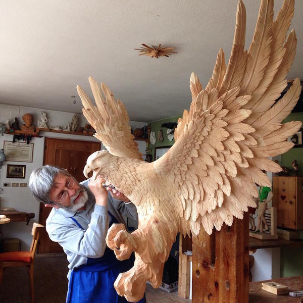 生き生きとした躍動感!野生動物の木彫りの彫刻作品 (6)