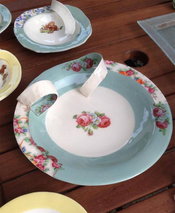 すんごい盛り付けしにくそう。ペロリと捲れた陶器のお皿 (9)