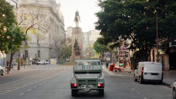 本を搭載した車戦車がアルゼンチンの街へ