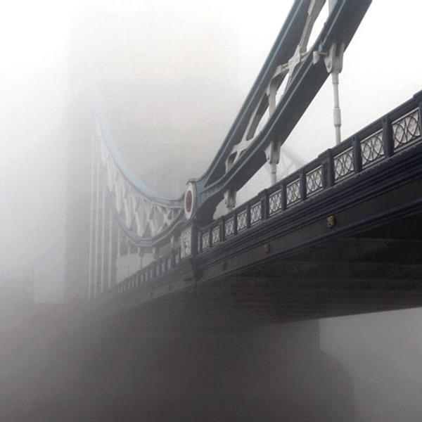 霧のロンドン。霧に覆われた幻想的なロンドンの街の写真 (2)