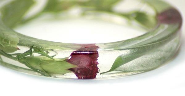 透明な樹脂に花や植物を詰め込んだハンドメイドアクセサリー (9)
