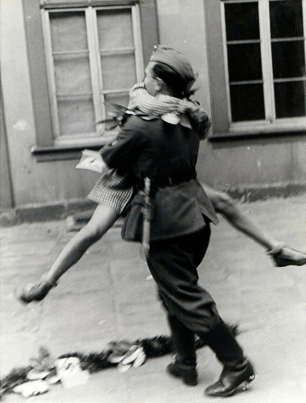 戦時中のラブストーリー。別れを惜しむ恋人たちのキス画像など (4)