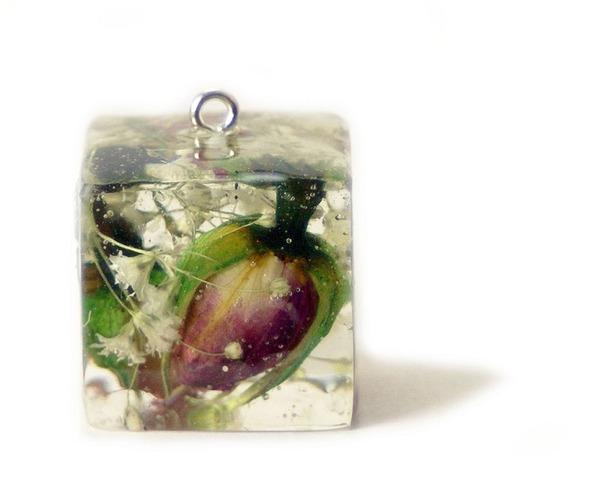 透明な樹脂に花や植物を詰め込んだハンドメイドアクセサリー (5)
