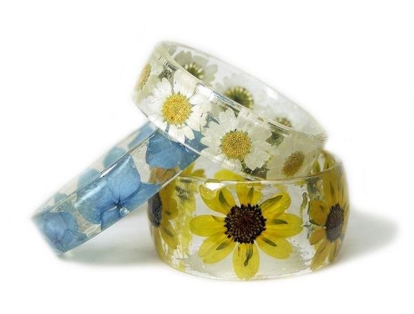 透明な樹脂に花や植物を詰め込んだハンドメイドアクセサリー (4)