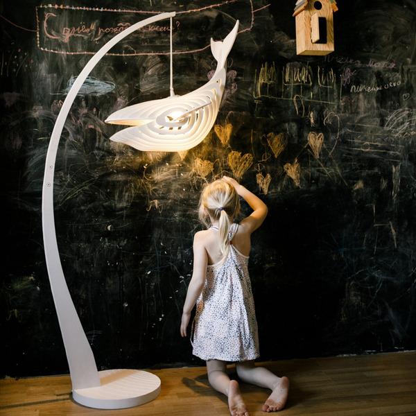 泳がせてみたい!木製のクジラ型ランプ『Glowing whale』 (6)