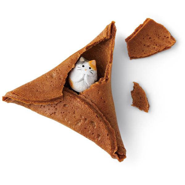 ちび猫がかくれんぼ!せんべいの中に猫のフィギュア付きお菓子 (1)