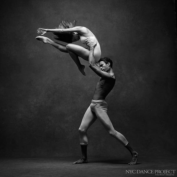 踊りが生み出す芸術。優美なダンサーの写真 (26)