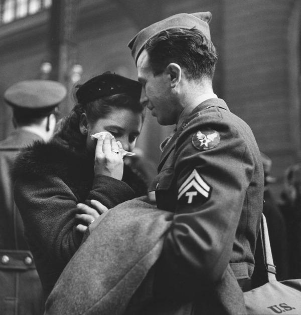 戦時中のラブストーリー。別れを惜しむ恋人たちのキス画像など (12)