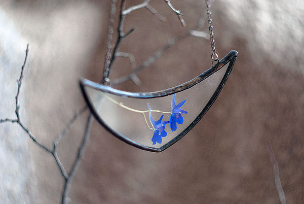 花びらや葉っぱなどの自然が閉じ込められたガラスのネックレス (1)