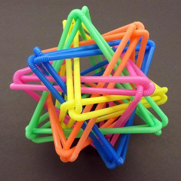 規則的!事務用品などの小物で作られた幾何学的な彫刻 (6)