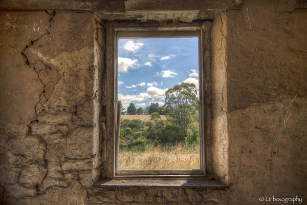廃墟の部屋の窓から覗く風景 17